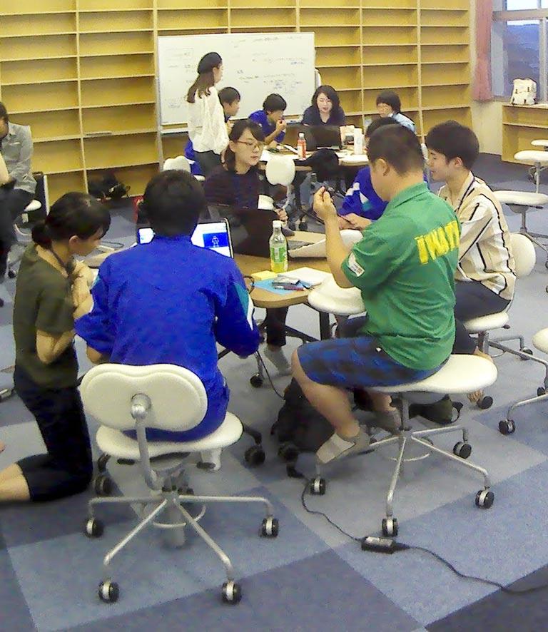 陸前高田グローバルキャンパスにて現地中・高校生向けICT教育を行う立教大学生たち